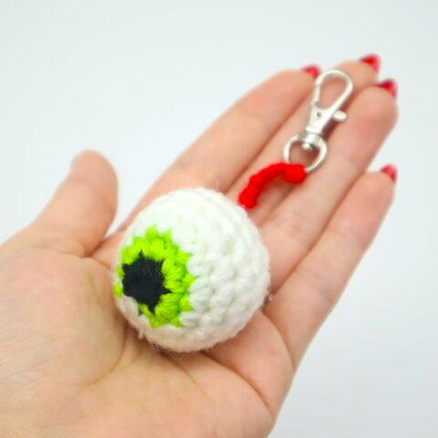 Free 6 minute keychain eyeball crochet pattern